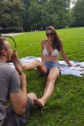 Foto zu Blogeintrag Sklave leckt meine dreckigen Füße im öffentlichen Park