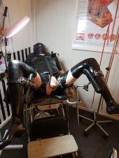 Foto zu Blogeintrag Latex Sklave auf dem Gynstuhl